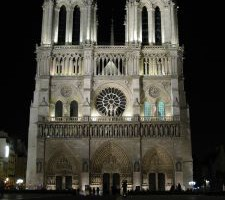 Notre Dame v nočním světle
